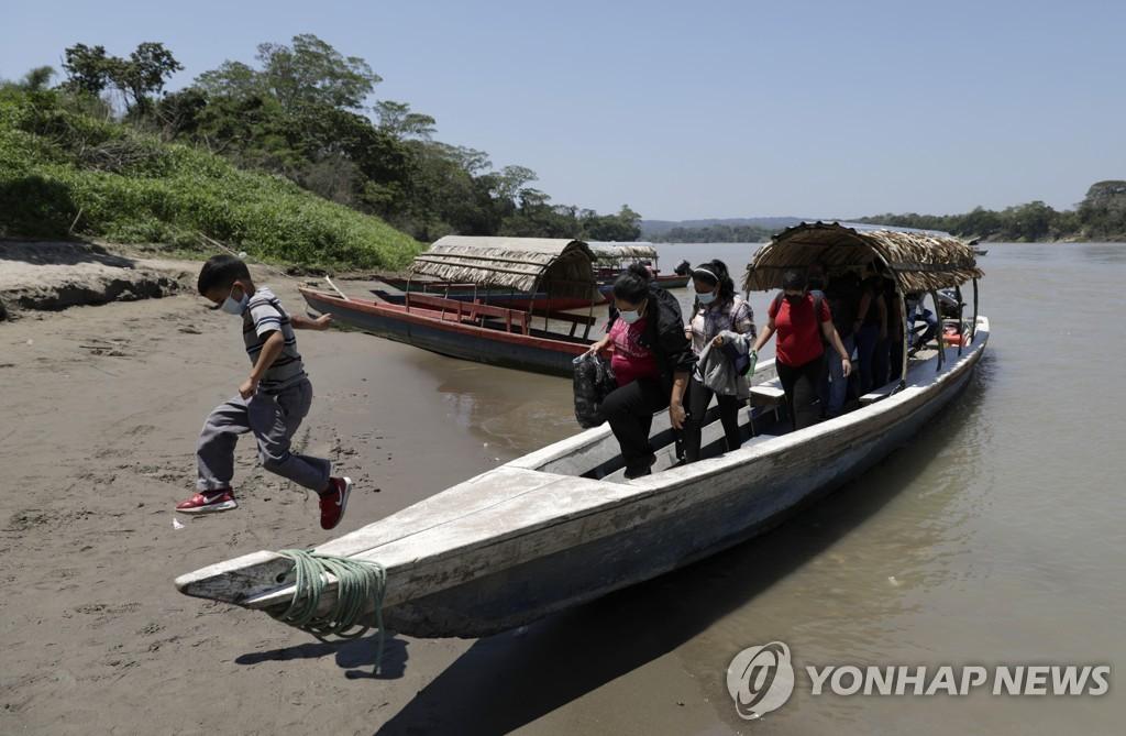 과테말라에서 강 건너 멕시코 도착한 이민자들