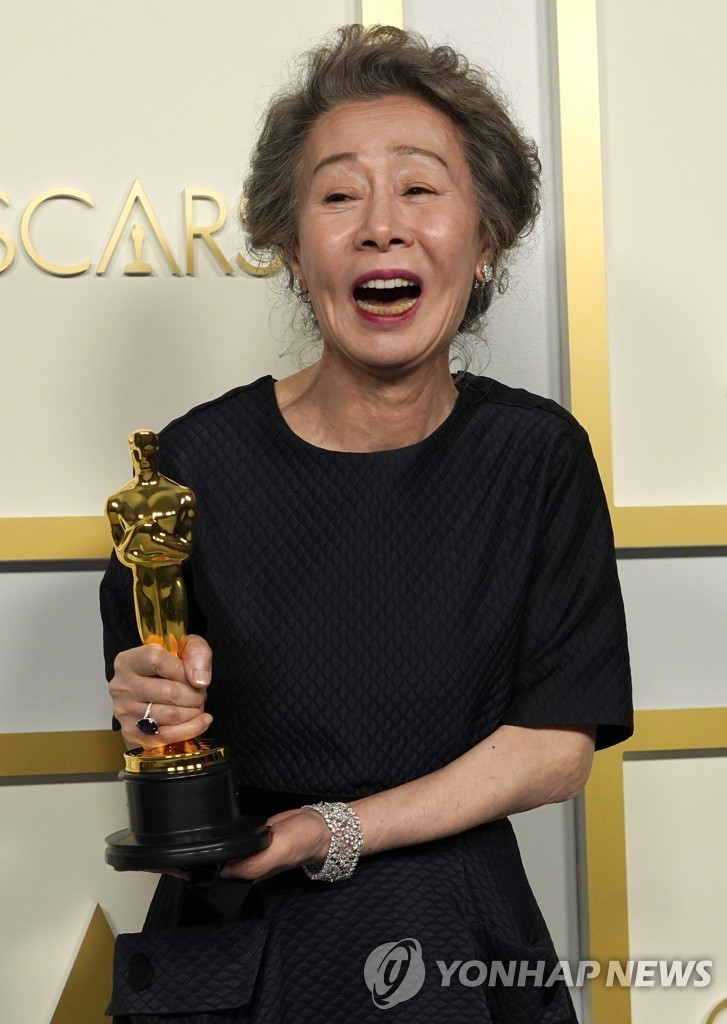 "South Korean Youn Yuh-jung poses for photographers after winning best actress in a supporting role for ""Minari"" at the 93rd Oscars on April 25, 2021, in this AP photo. (Yonhap)"