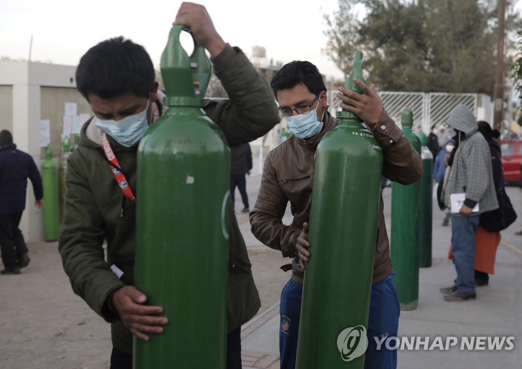 지난달 코로나19 치료용 산소탱크 충전 기다리는 페루 사람들