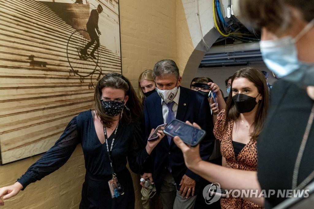 중도성향의 맨친 상원의원이 시네마 의원과 회동한 뒤 자리를 나서고 있다.[AP=연합뉴스]