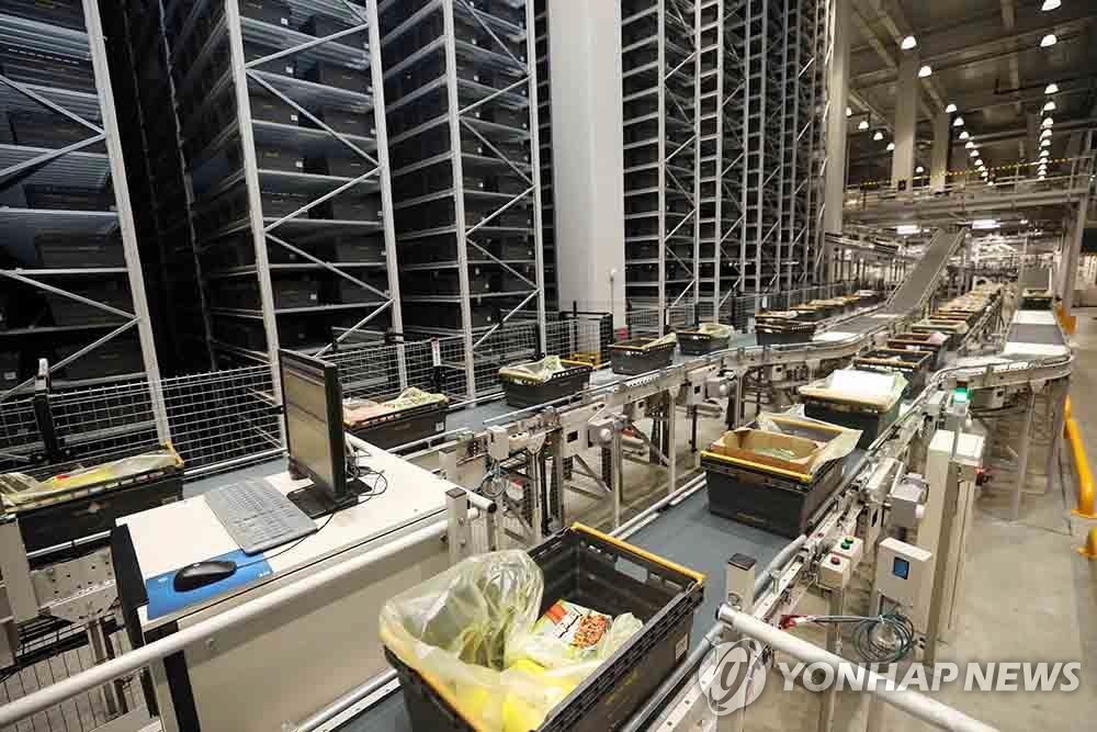 This undated file photo, provided by SSG.COM, shows the high-tech logistics center of the online shopping unit of retail conglomerate Shinsegae. (PHOTO NOT FOR SALE) (Yonhap)