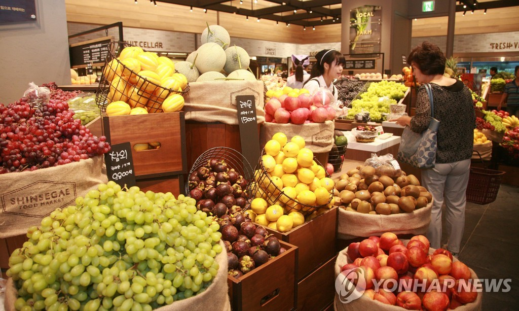 This photo, provided by Shinsegae Department Store on June 18, 2020, shows the fruit subscription service launched by the country's No. 2 department store. (PHOTO NOT FOR SALE) (Yonhap)