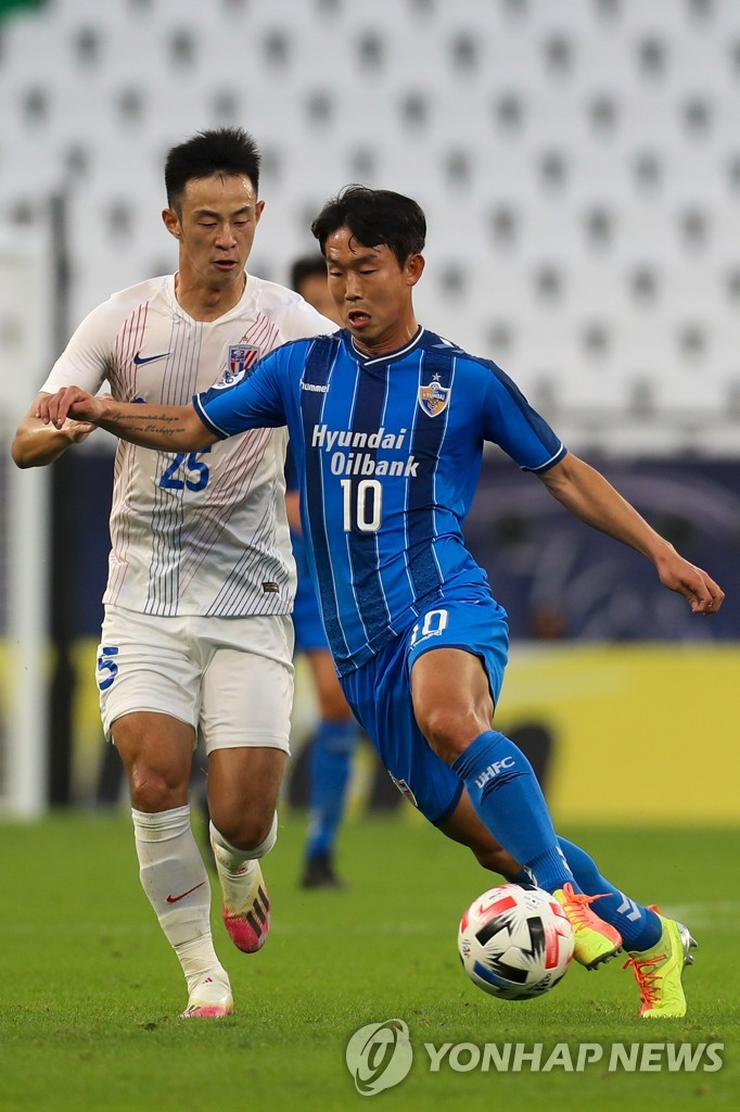 In this AFP photo, Yun Bitgaram of Ulsan Hyundai FC (R) is guarded by Peng Xinli of Shanghai Shenhua during their Group E match at the Asian Football Confederation Champions League at Education City Stadium in Al Rayyan, Qatar, on Nov. 21, 2020. (Yonhap)