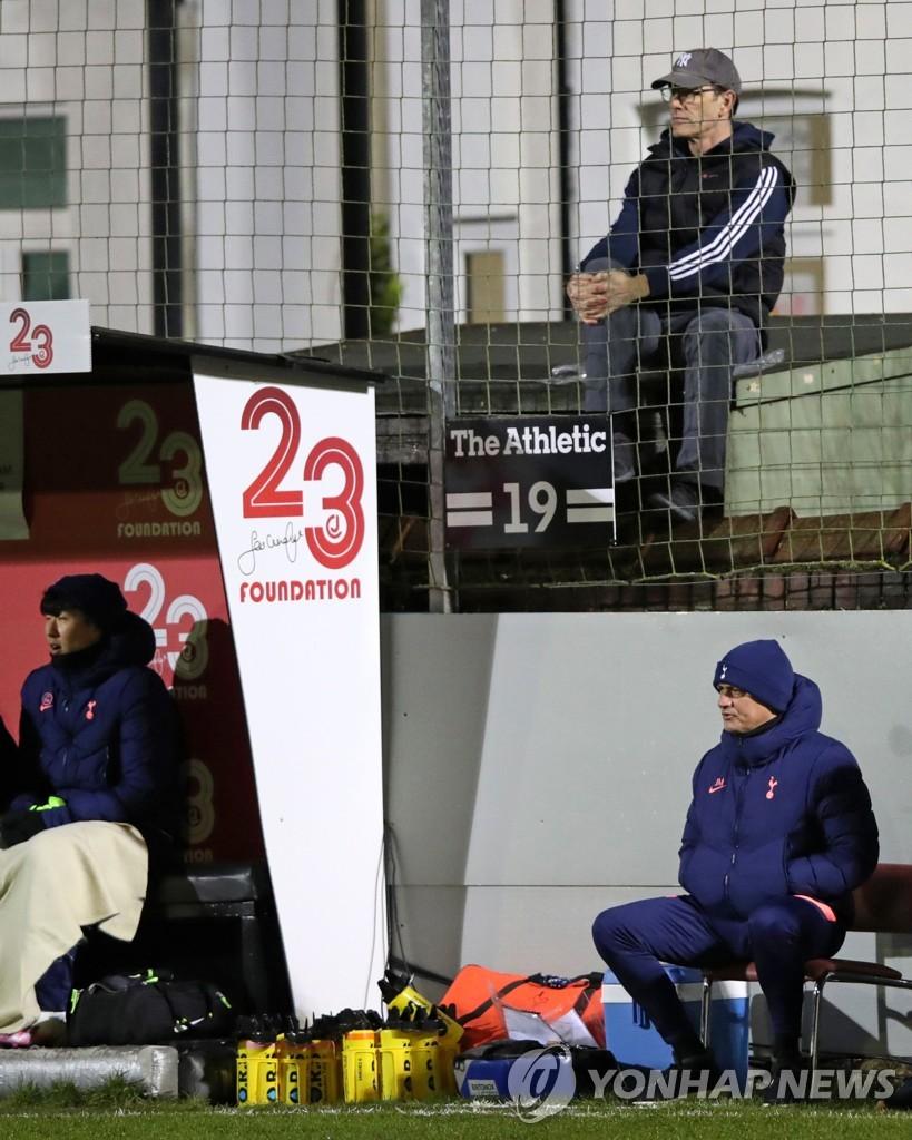 토트넘 홋스퍼의 손흥 민 (왼쪽)이 벤치에서 경기를 지켜보고있다.