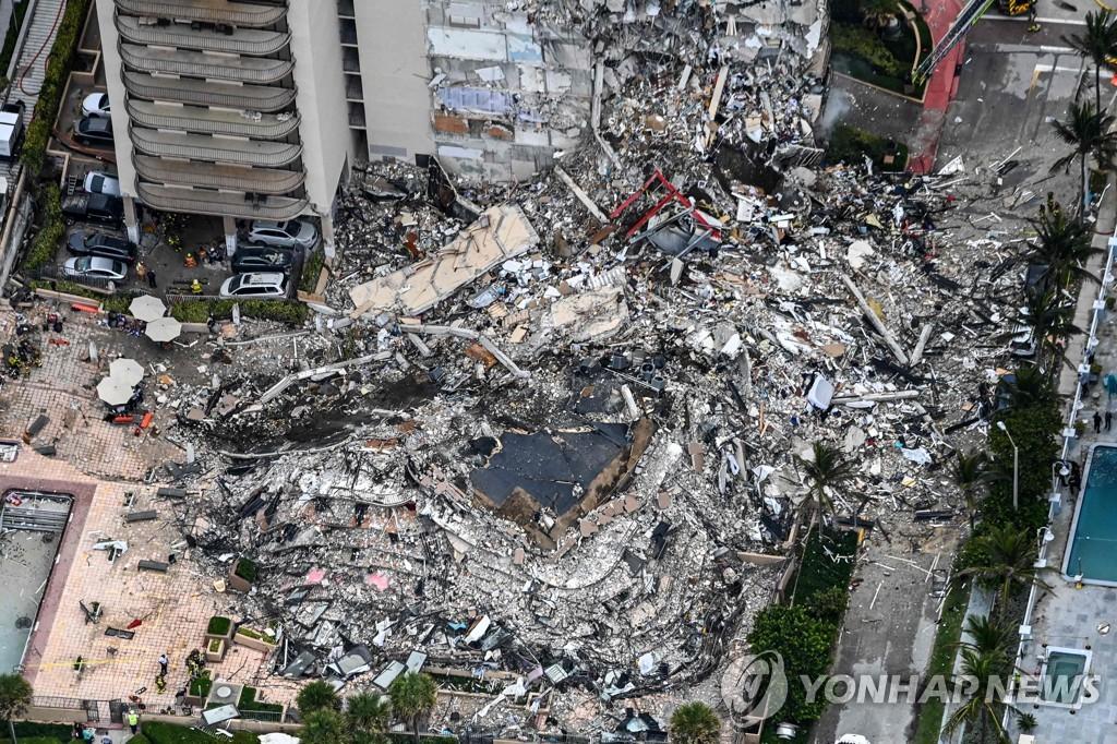 미국 플로리다주 마이애미 서프사이드 아파트 붕괴사고 현장[AFP=연합뉴스]