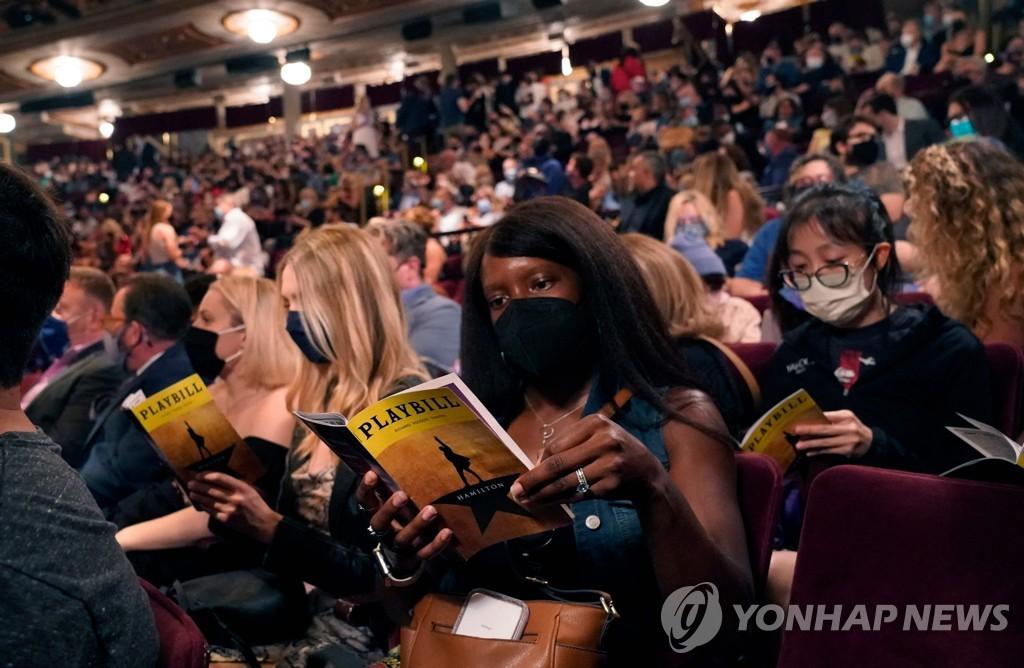 마스크 쓰고 '라이언킹' 공연장 꽉 채운 관객들