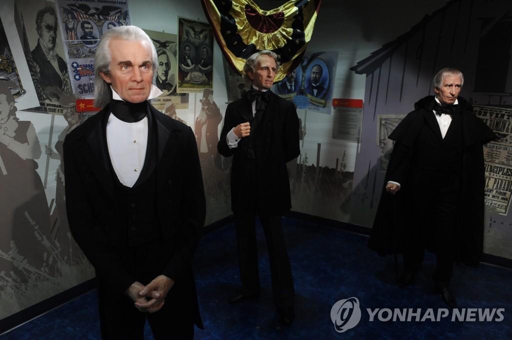 역대 미국 대통령 모형. 가장 오른쪽에 윌리엄 해리슨 제9대 미국 대통령의 모형이 있다.