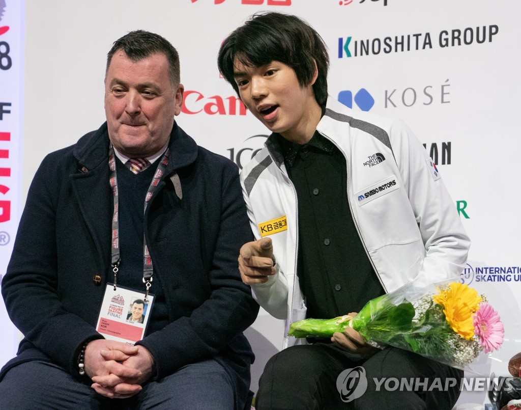 In this EPA photo, Cha Jun-hwan of South Korea (R) sits with his coach Brian Orser (L) during the men's short program competition at the International Skating Union Grand Prix of Figure Skating Final at Doug Mitchell Thunderbird Sports Centre in Vancouver on Dec. 6, 2018. (Yonhap)