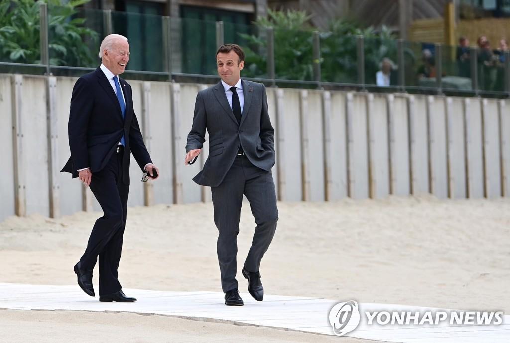 G7 정상회의에서 만난 바이든 미 대통령과 마크롱 프랑스 대통령