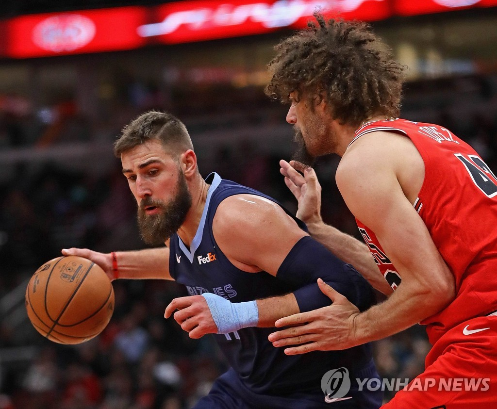 In this Getty Images file photo from Feb. 13, 2019, Jonas Valanciunas of the Memphis Grizzlies (L) posts up on Robin Lopez of the Chicago Bulls during their NBA regular season game at United Center in Chicago. (Yonhap)