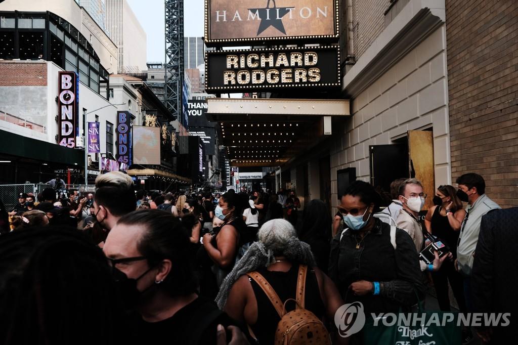 뮤지컬 '해밀턴' 상연하는 미국 뉴욕 리처드로저스 극장 앞에 모인 관객과 취재진