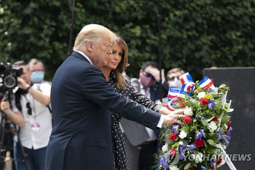 This UPI photo shows U.S. President Donald Trump and first lady Melania Trump placing a wreath at the Korean War Veterans Memorial in Washington on Thursday, June 25, 2020. (Yonhap)