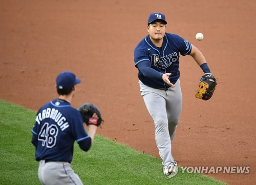Rays' Choi Ji-man takes fielding drills, hopes for postseason return from injury