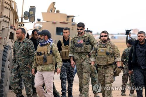 시리아 북부에서 공동 정찰을 수행하는 쿠르드·아랍연합 '시리아민주군'(SDF)과 미군 [로이터=연합뉴스]