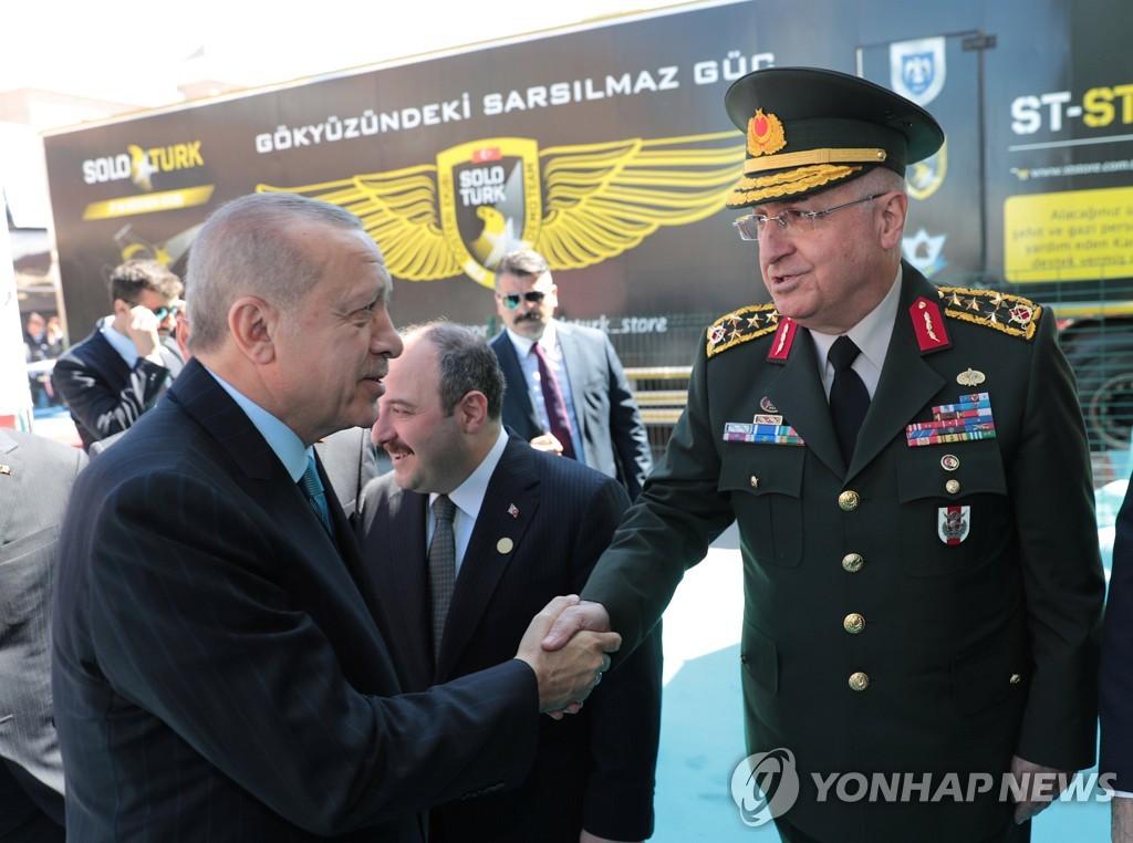 국제방산전시회에서 터키군 합참의장과 악수하는 에르도안 터키 대통령(왼쪽)