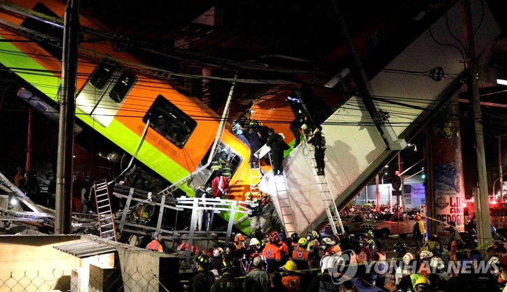 3일(현지시간) 멕시코 수도 멕시코시티 고가철도 붕괴사고 현장에서 구조작업이 진행 중이다. [로이터=연합뉴스]