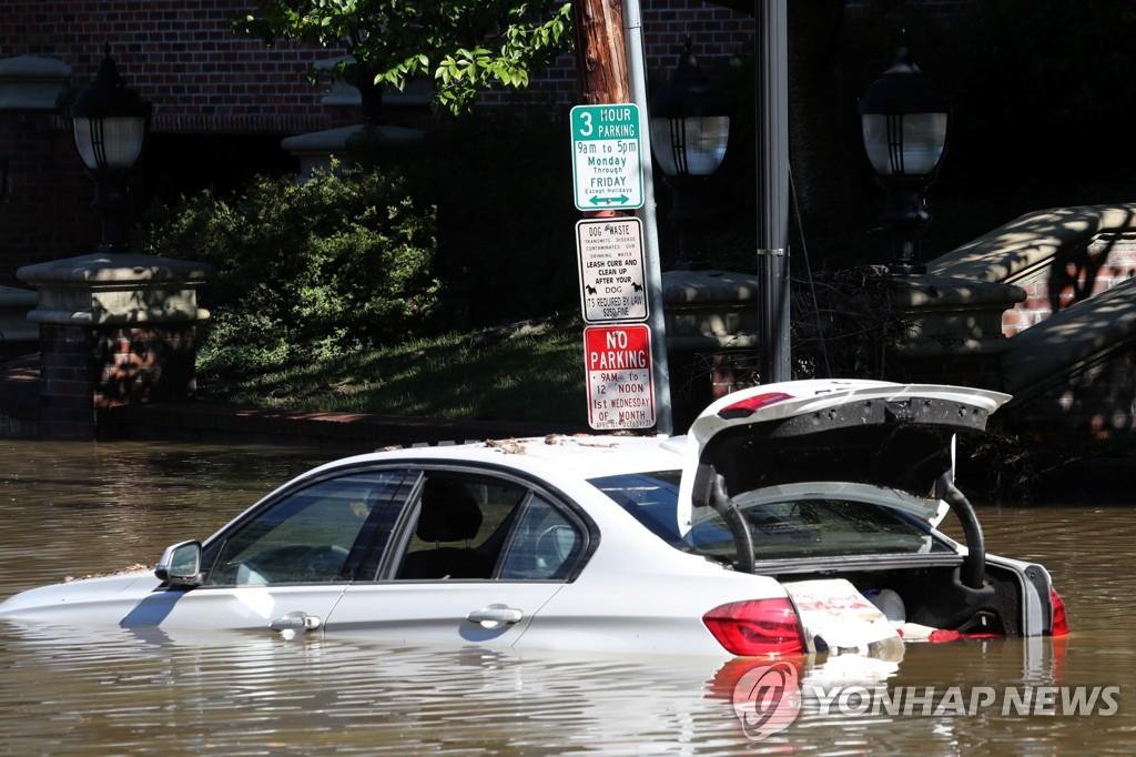 미국 뉴욕에서 홍수에 잠긴 자동차
