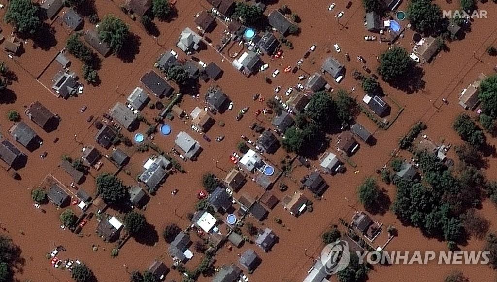 허리케인 아이다로 물에 잠긴 뉴저지주 맨빌 주택가 위성사진 [로이터/맥사테크놀로지=연합뉴스, DB 및 재판매 금지]