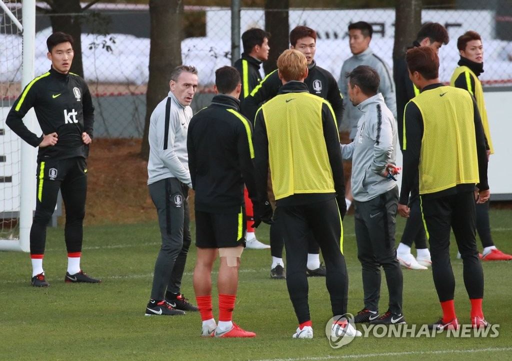 In this file photo taken on Oct. 10, 2018, South Korea national football team head coach Paulo Bento (2nd from L) speaks with players during training at the National Football Center in Paju, north of Seoul. (Yonhap)