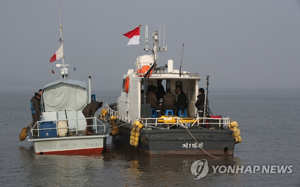 Survey teams of the two Koreas hold a meeting on a ship at the mouth of the Han River near Gyodong Island in Incheon, west of Seoul, on Nov. 5, 2018. Later, they started a two-month joint survey of a waterway along the inter-Korean western border to jointly use the estuaries of the Han and Imjin rivers for tourism, ecological protection and the collection of construction aggregate. (Pool photo) (Yonhap)