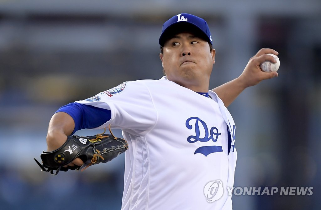 This photo taken by the Associated Press on Oct. 4, 2018, shows Los Angeles Dodgers pitcher Ryu Hyun-jin competing against the Atlanta Braves in the Major League Baseball National League Division Series Game 1 in Los Angeles. (Yonhap)