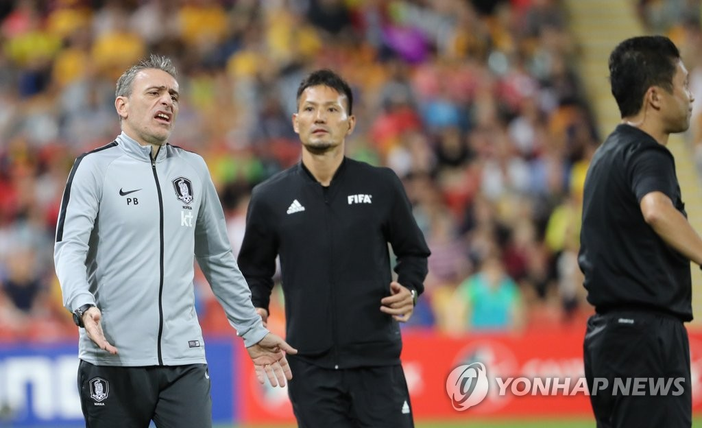 In this file photo taken on Nov. 17, 2018, South Korea national football team head coach Paulo Bento (L) reacts to the referee's call during a friendly football match against Australia at Suncorp Stadium in Brisbane, Australia. (Yonhap)