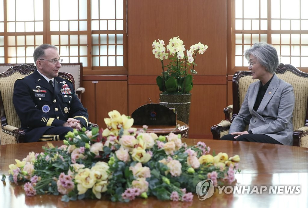 Foreign Minister Kang Kyung-wha (R) talks with Gen. Robert B. Abrams, the new commander of the U.S. Forces Korea, at her Seoul office on Nov. 20, 2018. (Yonhap)