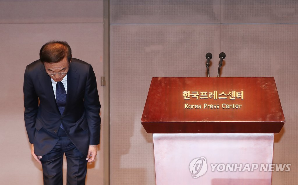 Samsung Electronics President and CEO Kim Ki-nam bows as he delivered an apology to victims of work-related diseases during a press conference in Seoul on Nov. 23, 2018. (Yonhap)