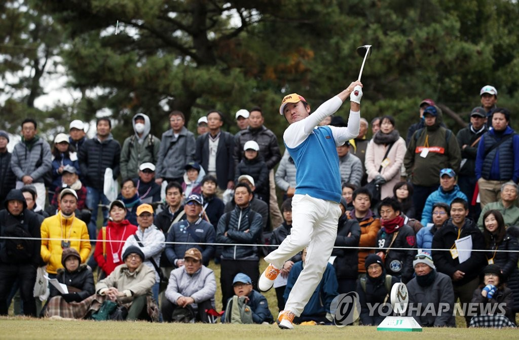 This file photo provided by the Korea PGA on Dec. 2, 2018, shows South Korean golfer Choi Ho-sung after a tee shot at the fourth hole during the final round of the Golf Nippon Series JT Cup tournament at Tokyo Yomiuri Country Club in Tokyo. (Yonhap)