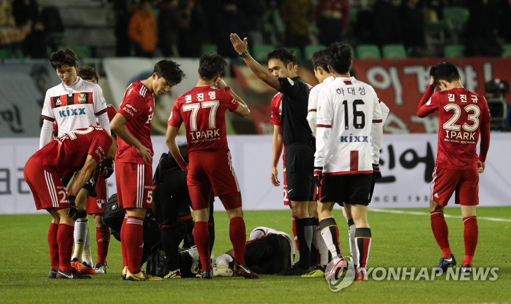 Busan IPark FC defender Kwon Jin-young (C) is sent off after he received his second yellow card during the first leg of the K League promotion-relegation playoff between FC Seoul and Busan IPark FC at Gudeok Stadium in Busan on Dec. 6, 2018. (Yonhap)