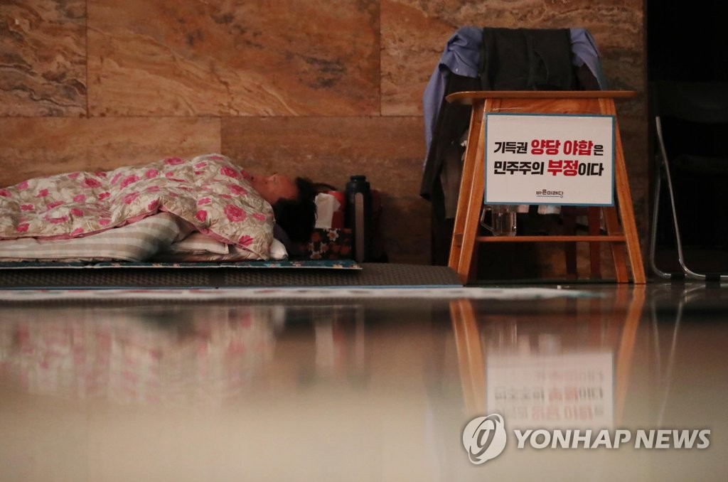 Sohn Hak-kyu, the chairman of the minor opposition Bareunmirae Party, goes on a hunger strike in protest of the ruling and main opposition parties' agreement on the government's 2019 budget on Dec. 7, 2018. (Yonhap)