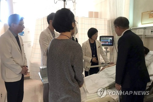 President Moon makes surprise visit to hospitalized gov't official