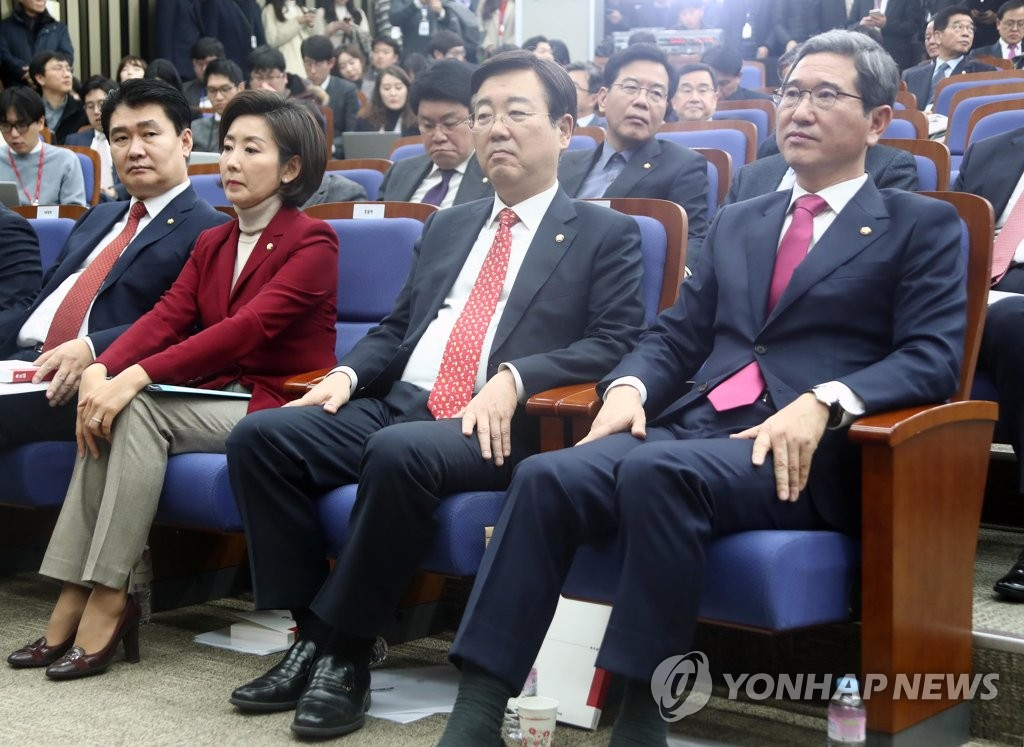 This photo, taken on Dec. 11, 2018, shows Rep. Na Kyung-won (2nd from L) and Rep. Kim Hack-yong (R), who were vying for the main opposition Liberty Korea Party's floor leadership. (Yonhap)