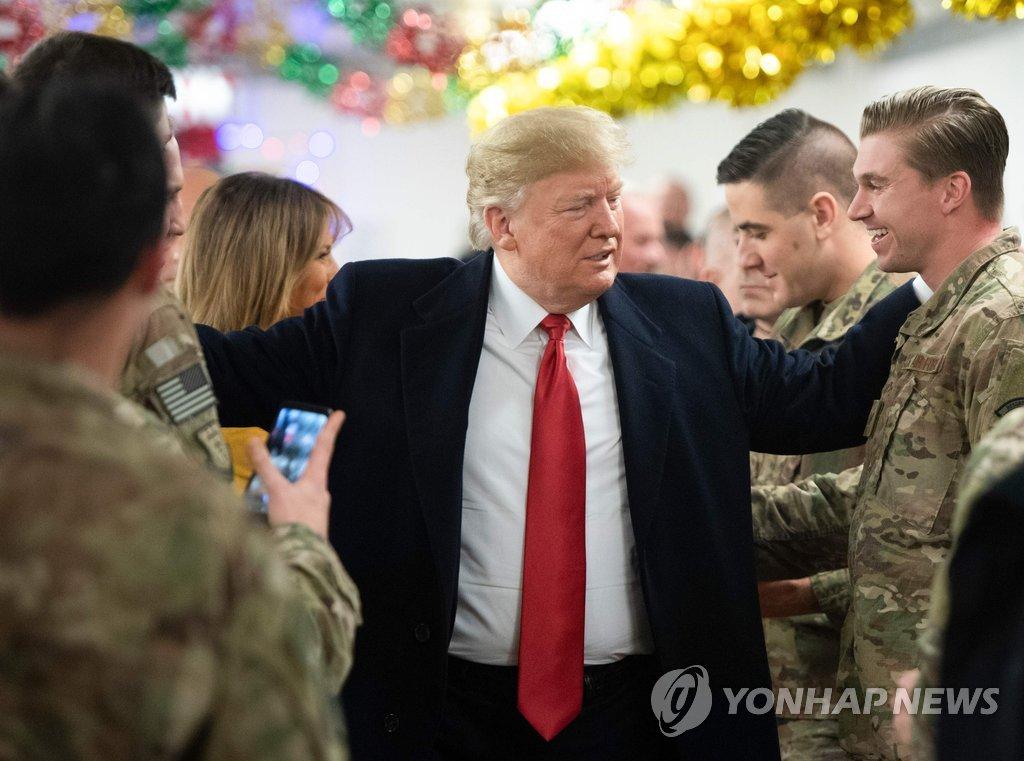 이라크 주둔 미군 격려하는 트럼프 대통령