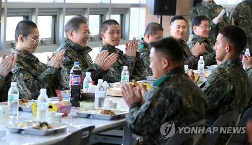 (2nd LD) President Moon makes surprise visit to military camp