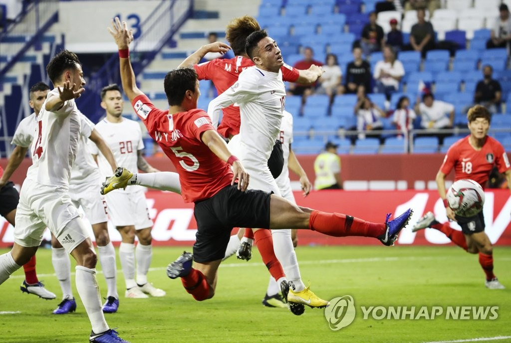 South Korea's Jung Woo-young (C) attempts a shot on goal against the Philippines during a Group C match at the AFC Asian Cup at Al Maktoum Stadium in Dubai, the United Arab Emirates, on Jan. 7, 2018. (Yonhap)