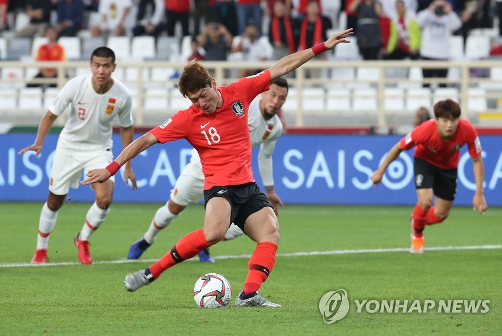 Hwang Ui-jo of South Korea scores on a penalty kick against China in Group C action at the Asian Football Confederation (AFC) Asian Cup at Al Nahyan Stadium in Abu Dhabi on Jan. 16, 2019. (Yonhap)