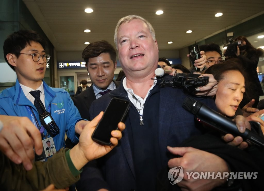 This photo shows U.S. Special Representative for North Korea Stephen Biegun surrounded by reporters upon arriving at Seoul's Incheon International Airport on Feb. 3, 2019. (Yonhap)
