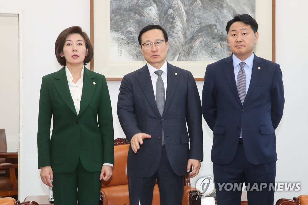 Hong Young-pyo (C), floor leader of ruling Democratic Party, flanked by his counterparts from two opposition parties, speaks ahead of their meeting at the National Assembly to discuss ways to normalize the idle parliament on Feb. 7, 2019. (Yonhap)