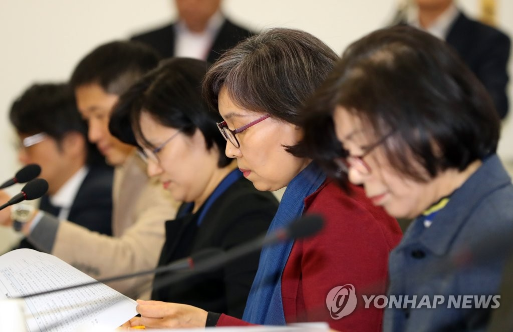 Moon Kyung-ran (C), chief of South Korea's Sports Innovation Committee, checks her documents ahead of meeting in Seoul on Feb. 11, 2019. (Yonhap)