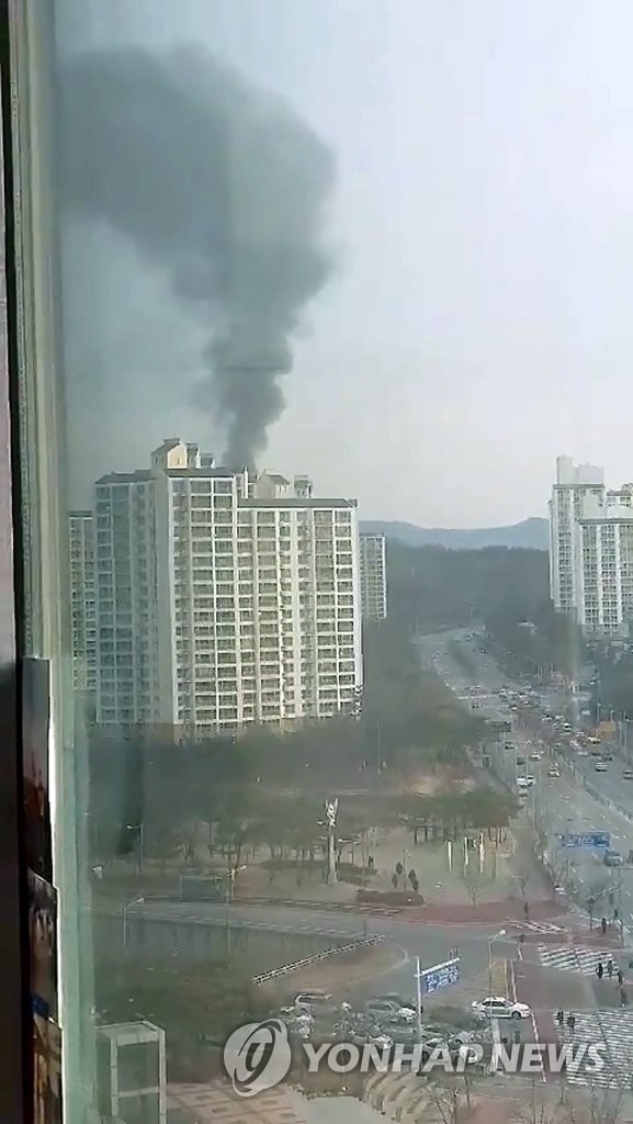 This photo taken and provided by a reader on Feb. 14, 2019, shows dark smoke coming out of the Hanwha ammunition factory in the central region of Daejeon, after the complex caught fire following a chemical explosion. (Yonhap)