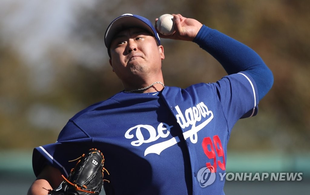 Ryu Hyun-jin of the Los Angeles Dodgers throws his first live batting practice of spring training at Camelback Ranch in Glendale, Arizona, on Feb. 19, 2019. (Yonhap)