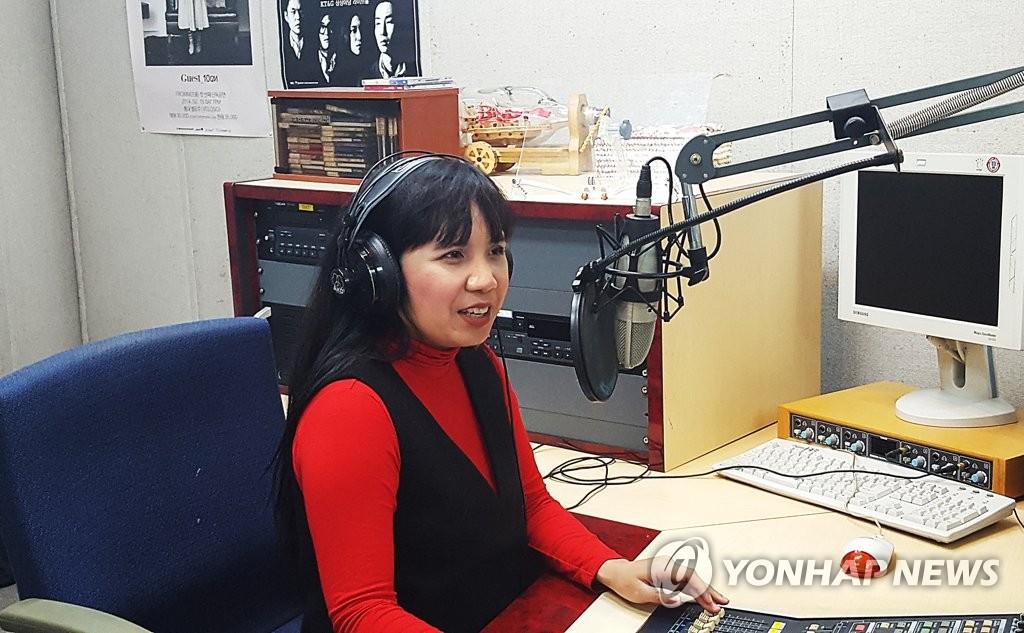 타갈로그어로 음악방송 진행하는 제니 김 씨
