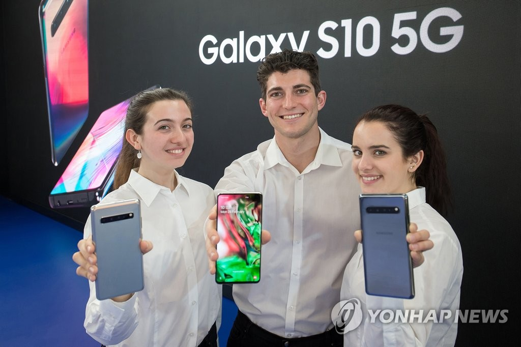 Models introduce Samsung Electronics Co.'s Galaxy S10 5G during MWC Barcelona on Feb. 24, 2019, in this photo provided by the South Korean tech giant. (Yonhap)