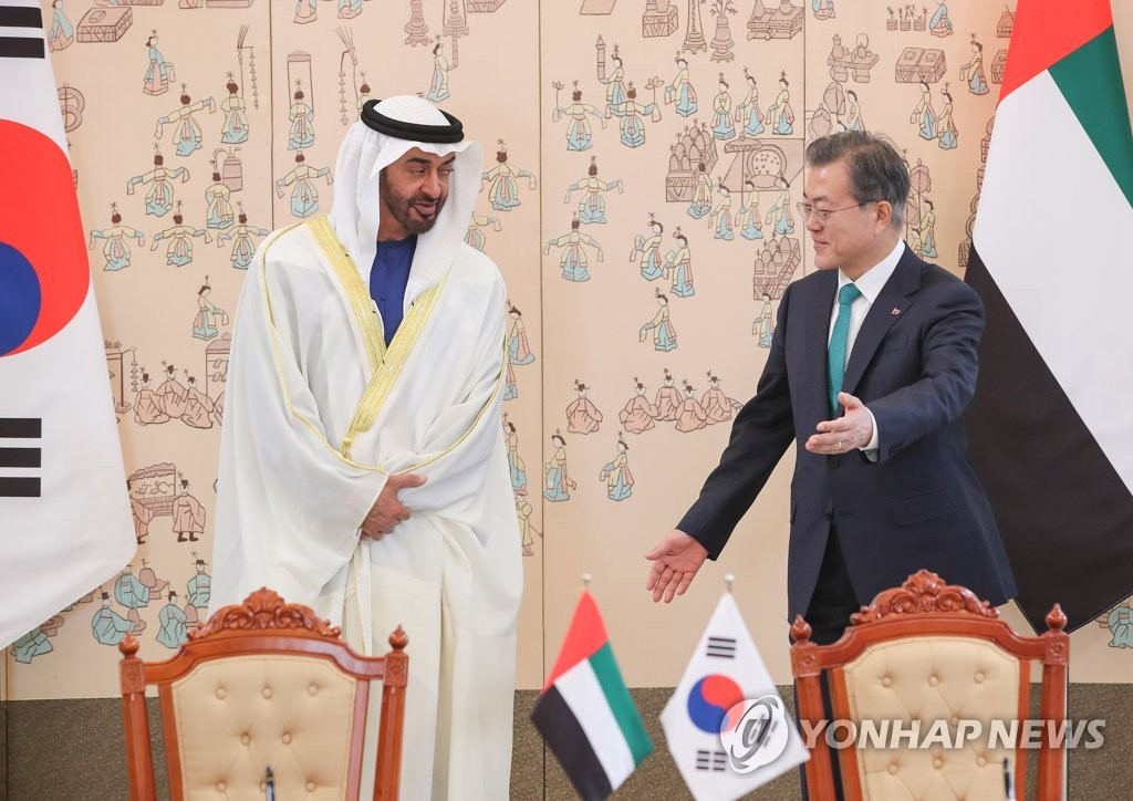 This file photo, taken on Feb. 27, 2019, shows South Korean President Moon Jae-in (R) meeting with Crown Prince Mohammed bin Zayed Al Nahyan of the United Arab Emirates at Cheong Wa Dae. (Yonhap)