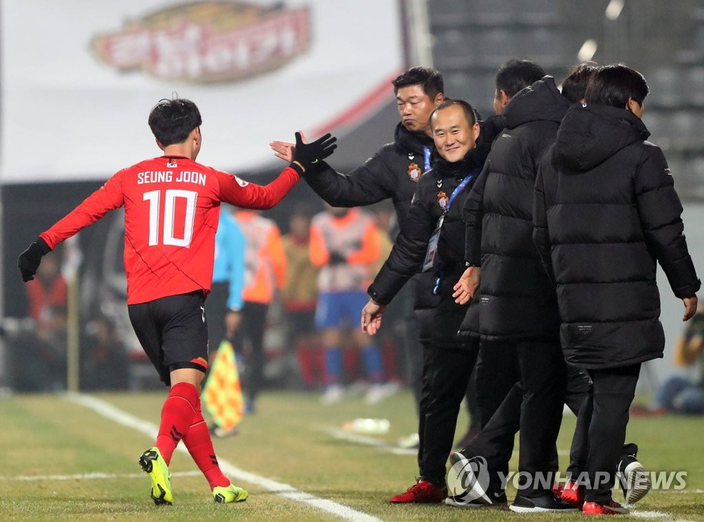 In this file photo, taken on March 5, 2019, Gyeongnam FC head coach Kim Jong-boo (2nd from L) gives Kim Seung-joon a high-five after the player scored a goal during their AFC Champions League match against Shandong Luneng at Changwon Football Center in Changwon, South Gyeongsang Province. (Yonhap)