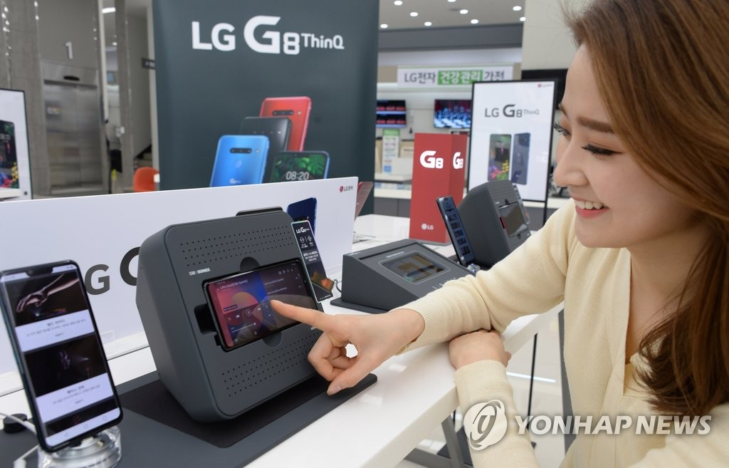A customer looks at LG Electronics Inc.'s G8 ThinQ smartphone in a Seoul shop on March 7, 2019, in this photo provided by the company. (Yonhap)