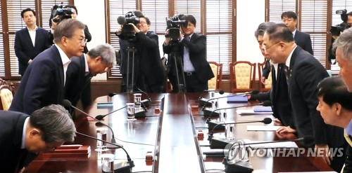 Moon gets briefing on key economic issues