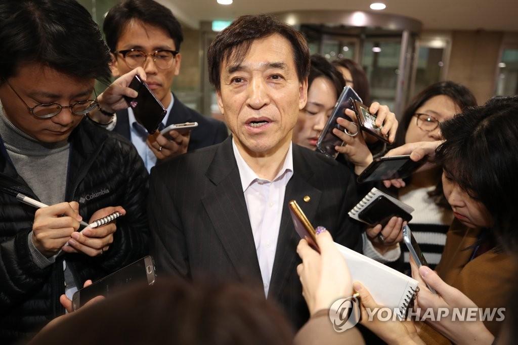 출근길 취재진에게 둘러싸인 이주열 한은 총재