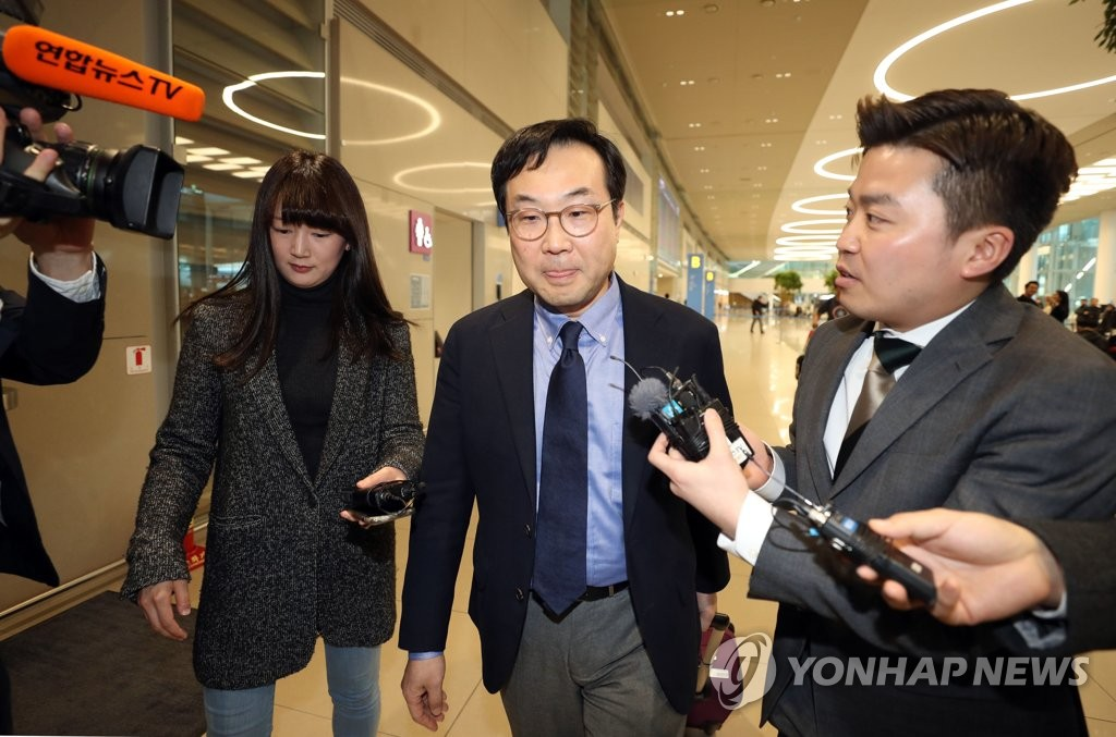 South Korea's top nuclear envoy Lee Do-hoon arrives at Incheon International Airport on March 22, 2019, after trips to Russia and the European Union headquarters. (Yonhap)